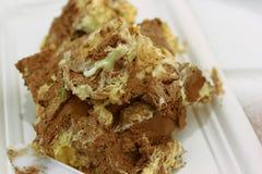 Grote slordige brok van een romige heerlijke cake, comfortvoedsel stock foto