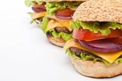 Grote smakelijke cheeseburgers stock afbeeldingen