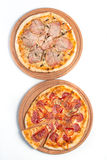 Grote smakelijke pizza op een houten tablet stock foto's