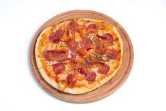 Grote smakelijke pizza op een houten tablet stock afbeeldingen