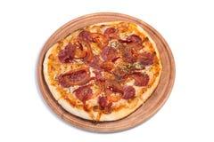 Grote smakelijke pizza op een houten tablet stock afbeelding