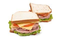 Grote smakelijke sandwiches op wit brood stock afbeelding
