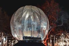 Grote Sneeuwbol in Kerstmismarkt - Oostenrijk stock fotografie