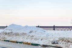 Grote sneeuwomheining op de straat Royalty-vrije Stock Foto