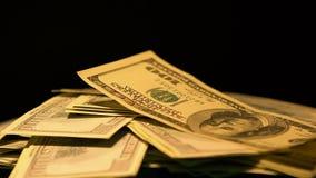 Grote som dollarcontant geld in donkere plaats, losgeld voor ontvoeringsgijzelaar, close-up stock video