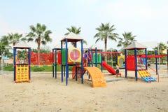 Grote speelplaats in openbaar park en niet geïdentificeerde kinderen die het spelen Royalty-vrije Stock Afbeelding