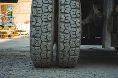 grote spiked wielen van gele tractor duurzame rubberbanden stock foto