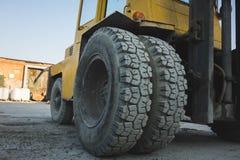 grote spiked wielen van gele tractor duurzame rubberbanden royalty-vrije stock foto