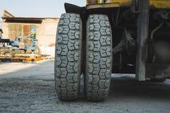 grote spiked wielen van gele tractor duurzame rubberbanden royalty-vrije stock afbeelding