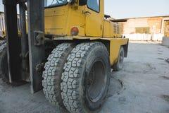 grote spiked wielen van gele tractor duurzame rubberbanden stock fotografie