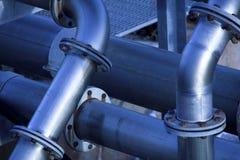 Grote staalpijpleidingen bij industriële complex Royalty-vrije Stock Foto