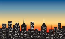 Grote stad bij zonsondergang stock illustratie