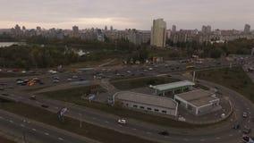 Grote stad bij zonsondergang, Luchtmening van Helikopter stock videobeelden