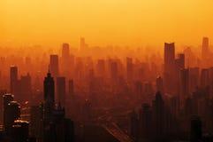 Grote stad bij zonsondergang - panorama Stock Foto's
