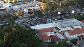 Grote stad en zwaar verkeer Grote wegen en steden stock videobeelden