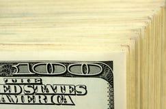 Grote stapel van $100 bankbiljetten Stock Afbeeldingen