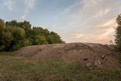 Grote stapel van grond onder blauwe hemel Stock Foto