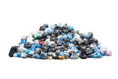 Grote stapel van huisvuil in zwarte blauwe die vuilniszakken op witte achtergrond worden geïsoleerd Het concept van de ecologie D stock afbeelding