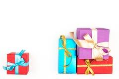 Grote stapel van kleurrijke verpakte die giftdozen op witte achtergrond worden geïsoleerd Berggiften Mooie huidige doos met Stock Afbeelding