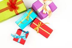 Grote stapel van kleurrijke verpakte die giftdozen op witte achtergrond worden geïsoleerd Berggiften Mooie huidige doos met overw royalty-vrije stock afbeeldingen