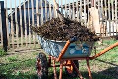 Grote stapel van organische meststof in een kar stock foto's