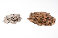 Grote Stapel van Pence Weinig Stapel van Zilveren Muntstukken royalty-vrije stock foto