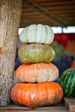 Grote stapel van pompoenen op hooi in een houten kar het seizoen van oogst Gelukkig Thanksgiving day Oogstfestival royalty-vrije stock afbeeldingen