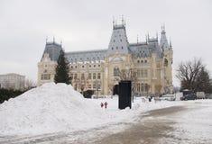 Grote stapel van sneeuw bij Cultuurpaleis in Iasi-stad royalty-vrije stock afbeeldingen