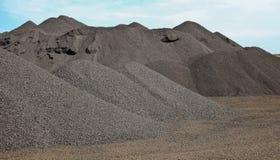 Grote stapels van de verwerkte rots van het Mangaan rijke erts stock fotografie