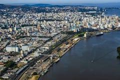 Grote steden hierboven worden gezien die van De stad van Porto Alegre van de staat van Rio Grande doet Sul, Brazili? royalty-vrije stock afbeelding