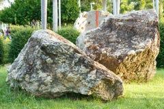 Grote steen en rots in tuin en park Royalty-vrije Stock Afbeelding