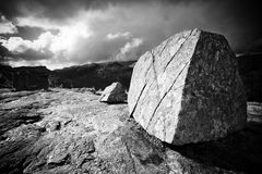 Grote steen op bergbovenkant Stock Afbeelding