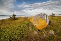Grote steen op zeekust. landschap Royalty-vrije Stock Foto's