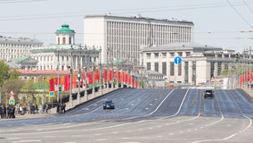 Grote steenbrug met rode vlaggen Stock Foto