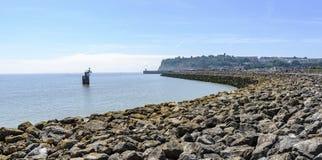 Grote steengolfbreker, die bij de Baai van Cardiff wordt gevestigd, Zuid-Wales De dag is zonnig en helder royalty-vrije stock afbeeldingen