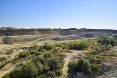 Grote steengroeve voor grintmijnbouw, zand en klei Mijnbouwmachines en eenheden mijnbouw royalty-vrije stock afbeelding