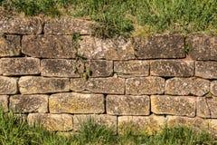 Grote steenmuur in de tuin stock foto's