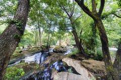 Grote stenen die een natuurlijke dam in het kanaal van het onderstel vormen stock fotografie
