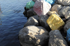 Grote stenen in het zeewater op een heldere zonnige dag in de recente herfst Royalty-vrije Stock Fotografie