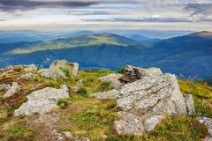 Grote stenen op de bergbovenkant Stock Foto
