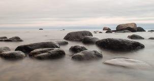 Grote stenen in overzees Stock Foto's