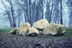 Grote stenen in park Stock Foto
