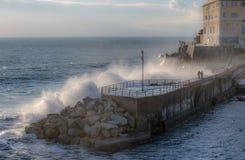 Grote stormachtige golven die over de kust verpletteren - Genoa Nervi-pijler, Italië stock foto's