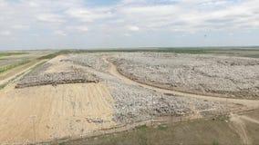 Grote stortplaats in veld stock videobeelden