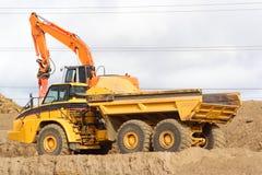 Grote stortplaatsvrachtwagen Royalty-vrije Stock Afbeeldingen