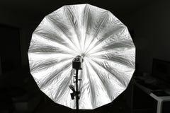 Grote studioparaplu met stroboscoop royalty-vrije stock afbeelding