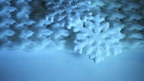 Grote stuk speelgoed sneeuwvlok op sjaal stock footage