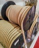 Grote synthetische kabelrollen in het pakhuis van het schip stock fotografie