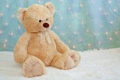 Grote teddybeer op bont witte deken Stock Fotografie