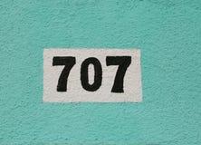 Grote tekst 707 op de muur stock afbeeldingen